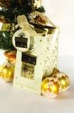 De ballen van Kerstmis en een gift Royalty-vrije Stock Afbeelding