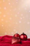 De ballen van Kerstmis en een rood hart Stock Afbeeldingen