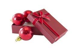 De ballen van Kerstmis in giftdoos Stock Afbeeldingen