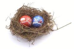 De ballen van Kerstmis in het nest van een vogel Stock Foto's