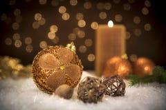 De ballen van Kerstmis met kaars stock afbeelding