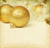 De ballen van Kerstmis met klatergoud Stock Afbeeldingen