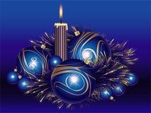 De ballen van Kerstmis met klatergoud en kaars Stock Fotografie
