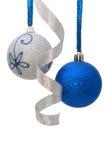 De ballen van Kerstmis met krullend zilveren lint royalty-vrije stock foto's