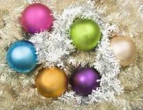 De ballen van Kerstmis op bed van klatergoud Royalty-vrije Stock Afbeelding