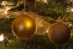 De Ballen van Kerstmis op Boom stock afbeelding