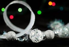 De ballen van Kerstmis op de zwarte Stock Foto