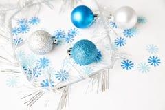 De ballen van Kerstmis op een witte achtergrond Stock Foto's