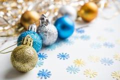 De ballen van Kerstmis op een witte achtergrond Royalty-vrije Stock Fotografie