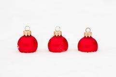 De ballen van Kerstmis in sneeuw Stock Afbeeldingen