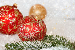 De ballen van Kerstmis in sneeuw Royalty-vrije Stock Foto