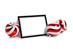 De ballen van Kerstmis/snuisterij op wit met een notecard Royalty-vrije Stock Fotografie