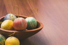 De ballen van de Kerstmisdecoratie op houten lijstbovenkant, de winter vakantie st Stock Foto