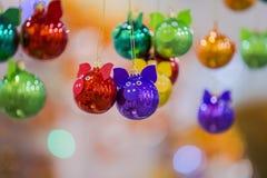 De ballen van kleurenkerstmis in de vorm van een varken voor het nieuwe jaar 2019 Gele kegels op witte achtergrond stock afbeelding