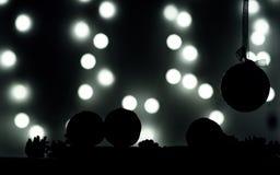 de ballen van silhouettenkerstmis, mandarijnen op donkere achtergrond en lichten in onduidelijk beeld Royalty-vrije Stock Afbeelding