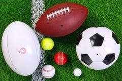 De ballen van sporten op gras van hierboven. Stock Fotografie