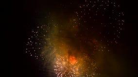 De ballen van vuurwerk worden vervangen door vliegende fonkelende stralen stock videobeelden