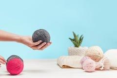 De ballen van wol op witte houten achtergrond Stock Afbeelding