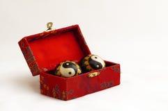 De ballen van Yin yang in een rode doos Royalty-vrije Stock Foto