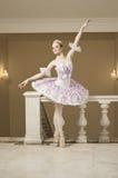 De ballerina in ballet stelt Stock Foto's