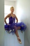 De ballerina die van de zitting voeten bekijkt Royalty-vrije Stock Afbeeldingen