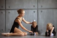 De ballerina onderwijst meisjes Royalty-vrije Stock Afbeelding