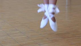 De ballerina schoeide in witte pointe die op sokken dansen De voeten sluiten omhoog stock video