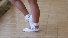 De ballerina schoeide in witte pointe die op sokken dansen De voeten sluiten omhoog stock videobeelden