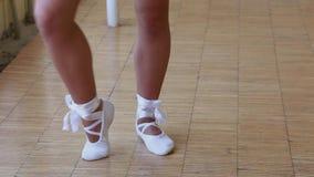 De ballerina schoeide in witte pointe die op sokken dansen De voeten sluiten omhoog stock footage