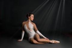 De ballerina zit en heeft een rust Stock Foto's