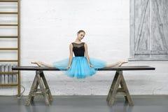 De ballerina zit op spleet in studio royalty-vrije stock afbeeldingen