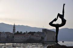 De ballerinastandbeelden van Budva en oude stad Royalty-vrije Stock Foto