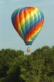 De Ballon die van de hete Lucht laag drijft Stock Afbeeldingen