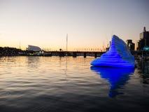De ballon die van de kunstwerkijsberg met zijn mooie gedachtengang over water in Darling Harbour in schemeringtijd drijven stock afbeeldingen