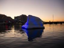 De ballon die van de kunstwerkijsberg met zijn mooie gedachtengang over water in Darling Harbour in schemeringtijd drijven stock foto's