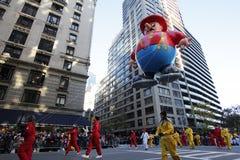 De ballon van de brandweerman in de parade van Macy Stock Afbeelding