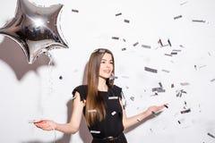 De ballon van de de holdingsster van de schoonheidsvrouw met vliegconfettien stock afbeeldingen