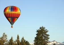 De Ballon van de hete Lucht over Kromming, OF. stock foto's