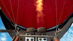 De ballon wordt om boven de aarde te vliegen gevuld met brand en hete lucht stock video