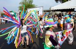 De ballonkunstenaars sluiten zich aan bij een Straatparade Stock Fotografie