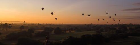 De ballons die over Dhammayangyi-Tempel in Bagan Myanmar, Ballooning over Bagan vliegen is één van de meest gedenkwaardige actie  royalty-vrije stock fotografie