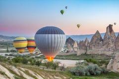 De ballons van de begin hete lucht vroeg in de ochtend bij dageraad Royalty-vrije Stock Foto's