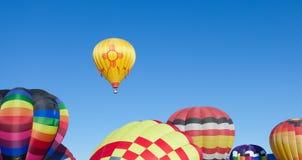 De ballons van de hete Lucht op zonnige dag Royalty-vrije Stock Afbeeldingen