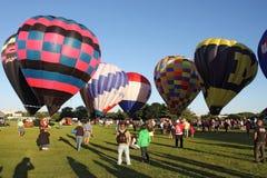 De Ballons van de hete Lucht treffen voor start voorbereidingen Stock Afbeelding