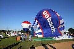 De Ballons van de hete Lucht treffen voor start voorbereidingen Stock Fotografie