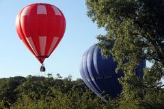 De Ballons van de hete Lucht treffen voor start voorbereidingen Royalty-vrije Stock Afbeeldingen