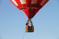 De Ballons van de hete Lucht treffen voor start voorbereidingen Stock Foto
