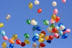 De ballons van de kleur in de Hemel Stock Afbeeldingen