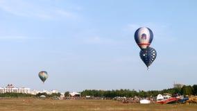 De ballons van de lucht in de hemel stock footage