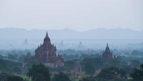 De ballons van de ochtend hete lucht over Bagan-pagodegebied stock footage
